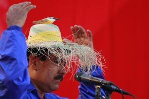 Los candidatos venezolanos intentan atraer electores con alzas salariales